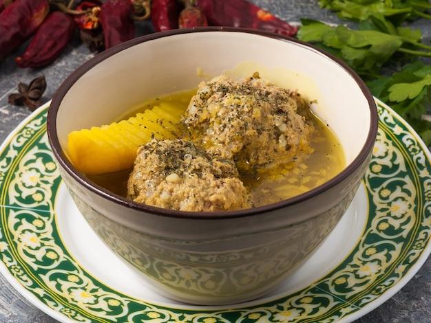 おいしい伝統的なアゼルバイジャンのスープ
