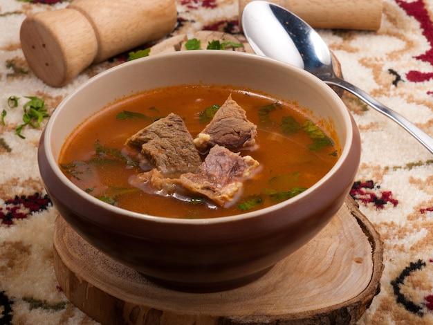 쇠고기와 함께 맛있는 전통 그루지야 어 kharcho 수프.