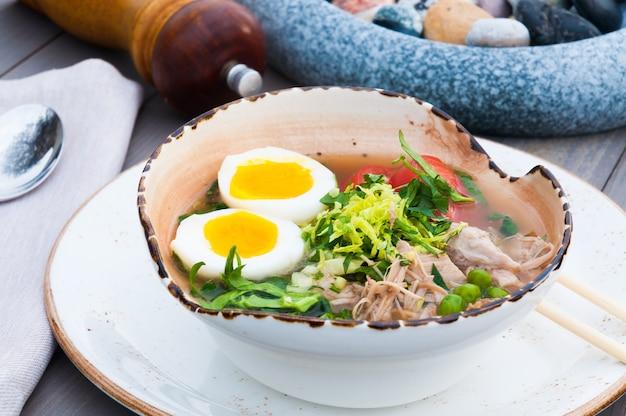 レストランで牛肉を使ったおいしい伝統的な日本のラーメンスープ
