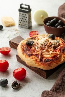 맛있는 전통 피자 배치