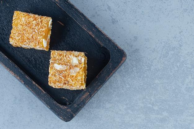 木の板、ティータオル、大理石のテーブルに美味しいターキッシュデライトフレーバー