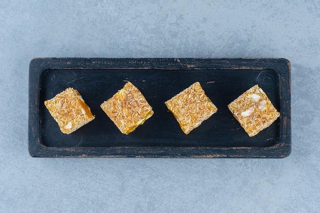Gustosi sapori di delizia turca su una tavola di legno, sul canovaccio, sul tavolo di marmo