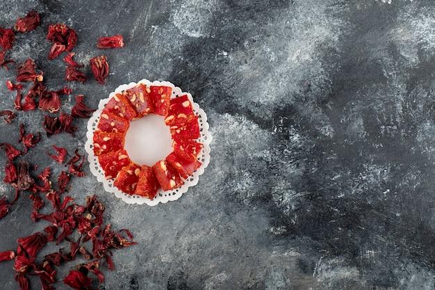 대리석 표면에 맛있는 터키 식 기쁨.