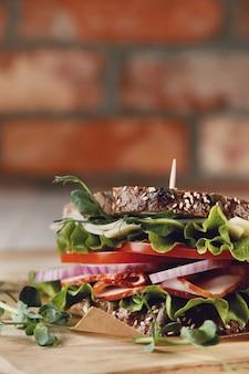 Вкусный веганский бутерброд на деревянном столе