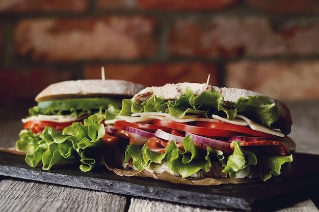 나무 테이블 위에 맛있는 채식주의 샌드위치