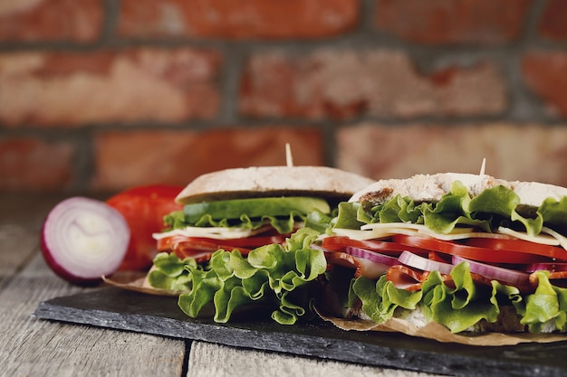 Gustoso panino vegano sul tavolo di legno