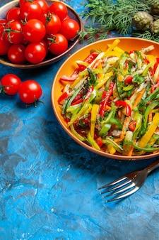 어두운 표면에 맛있는 야채 샐러드