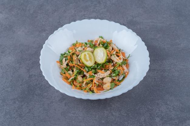 白い皿においしい野菜サラダ。