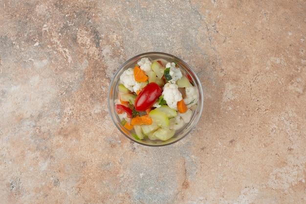 大理石のガラスプレートにおいしい野菜。