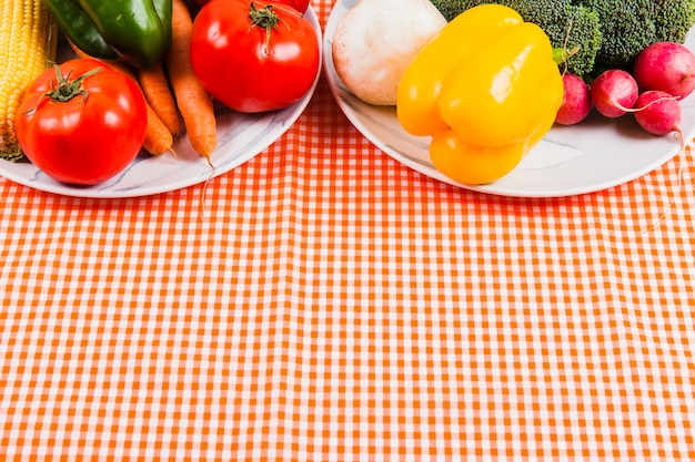 접시에 맛있는 야채와 바닥에 공간
