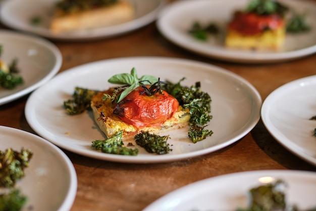 Вкусные вегетарианские лепешки с брокколи на тарелках