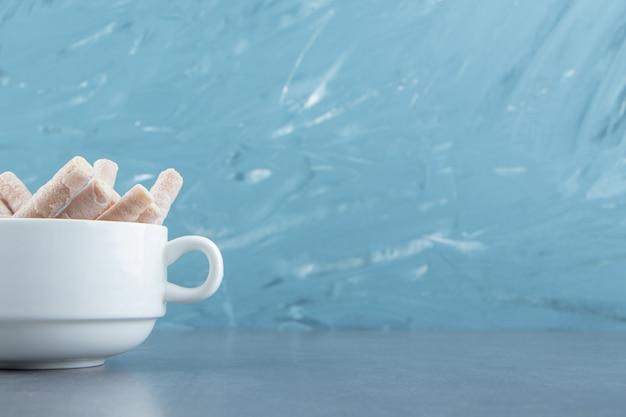 하얀 그릇에 맛있는 웨이퍼 롤.