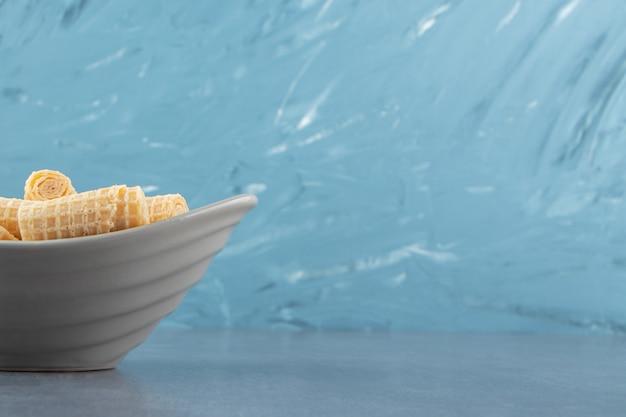 セラミックボウルに美味しいワッフルロール。 無料写真