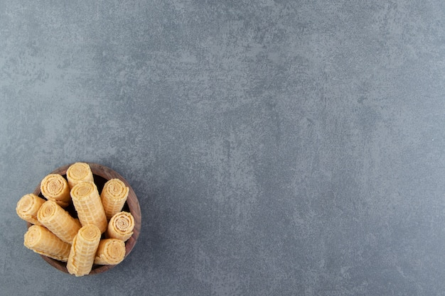 おいしいワッフルは木製のボウルに巻かれています。