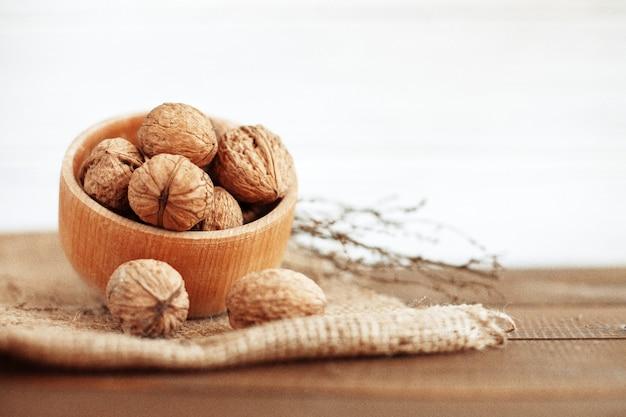 Вкусные грецкие орехи. здоровая пища и витамины.