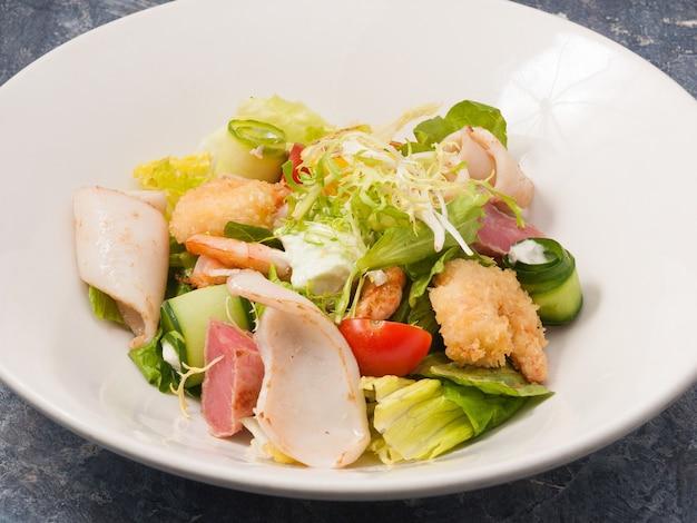 シーフード天ぷらエビイカマグロと野菜のおいしい温かいサラダ