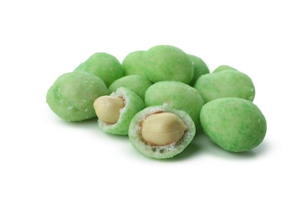 Вкусные орехи васаби, изолированные на белом фоне