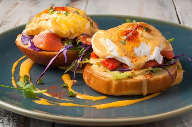 연어와 데친 달걀 개념 아침 식사와 함께 맛있는 밀 롤빵