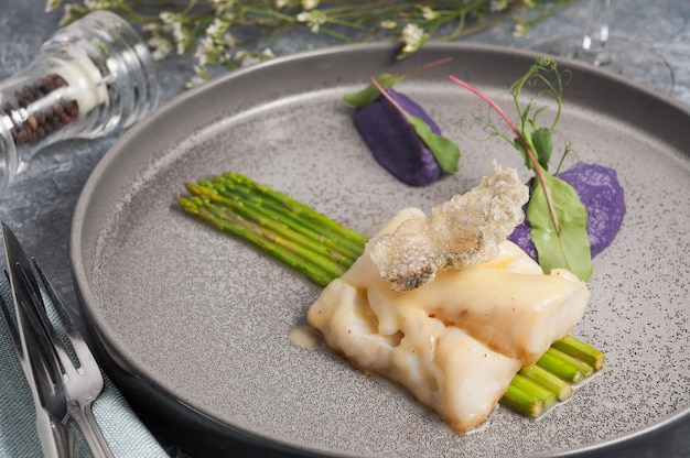 그린 아스파라거스 개념 건강 식품과 맛있는 흰 살 생선