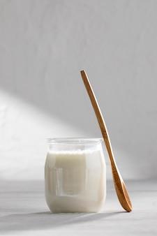 Ассортимент вкусных йогуртов и деревянной ложки