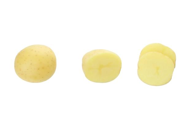 白で隔離されるおいしい若いジャガイモ