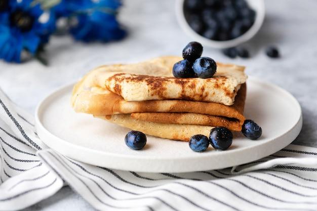 Вкусные вкусные блины на завтрак с черникой