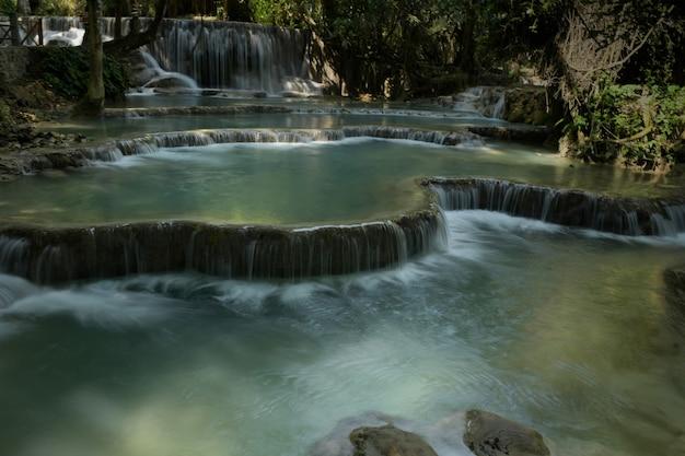 Tat kwang si 폭포는 라오스 루앙프라방에 있는 큰 폭포, 맑은 물, 에메랄드빛 녹색입니다.