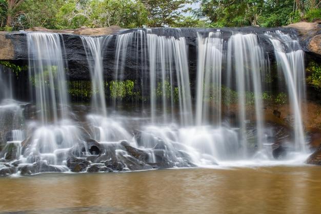 Tat ton滝、tat ton国立公園での雨季の間に深い森の中の美しい滝
