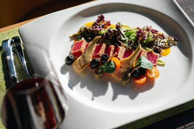 Tataki tuna fillet with vegetables