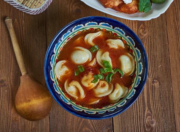 ボウルにタタールコルバシ餃子スープ