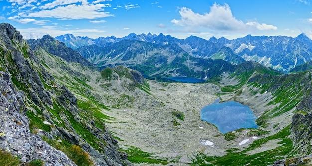 Гора татры, польша, вид со склона горы свиница на долину гасеницова и группу ледниковых озер
