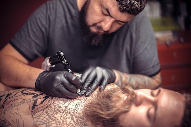 문신 아티스트 세션 문신 스튜디오 동안 문신 아티스트.