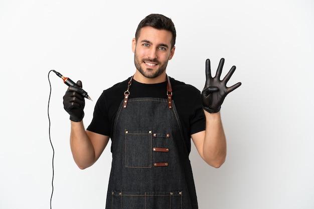 Татуировщик человек изолирован на белом фоне счастлив и считает четыре пальцами