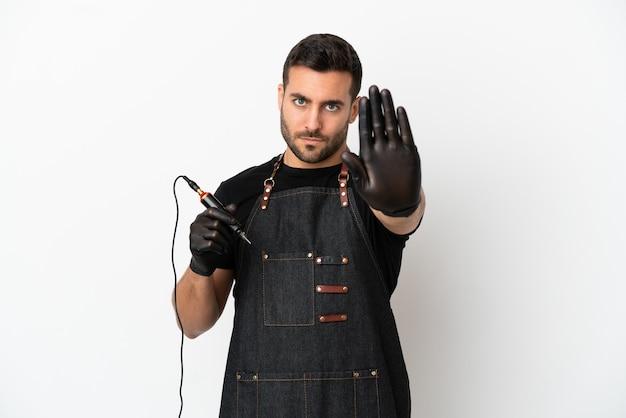 Человек татуировщика, изолированные на белом фоне, делая стоп-жест