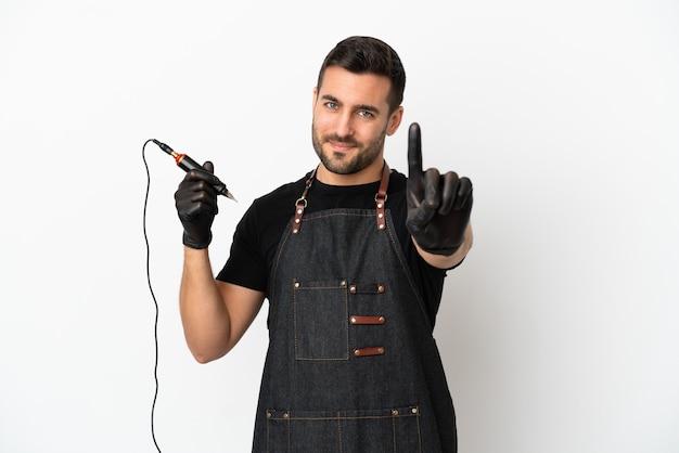 Мужчина-татуировщик, изолированные на белом фоне, показывает и поднимает палец