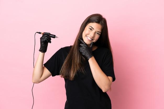 행복 하 고 웃 고 분홍색 배경에 고립 된 문신 예술가 여자