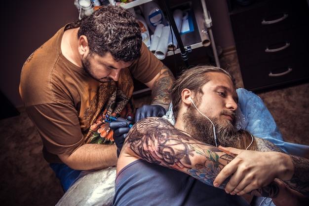 문신 스튜디오에서 문신 작업을하는 문신 예술가
