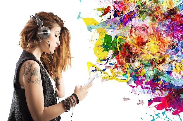 タトゥーの女の子はヘッドフォンで音楽を聴きます