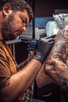 문신 스튜디오에서 문신을하는 문신 마스터 작업