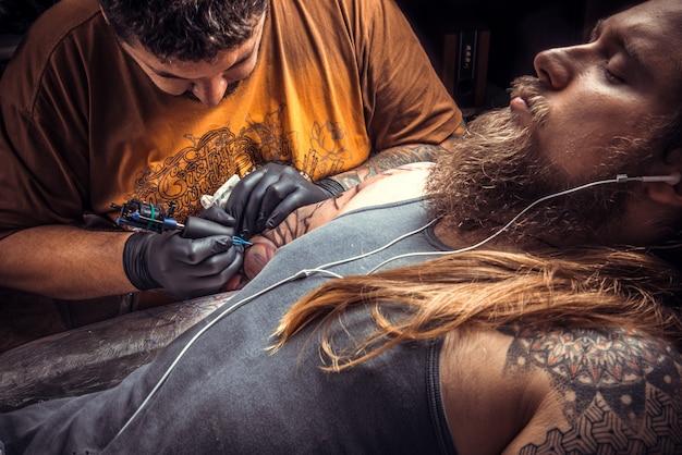 문신 가게에서 직장에서 문신 전문가