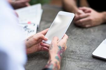 Tattoo Woman Use Мобильный телефон