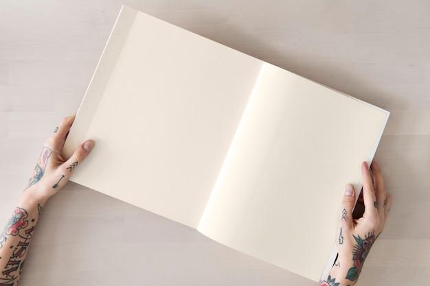 Татуированная женщина читает книгу