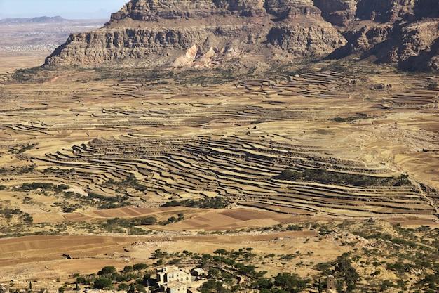 イエメンの山のタウィラ村