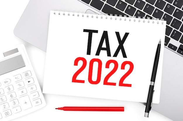 Tax2022。メモ帳、電卓、ラップトップ。会計の概念。フラットレイ。