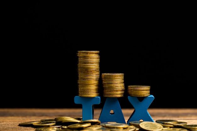 木の上のコインのスタックと税アルファベット