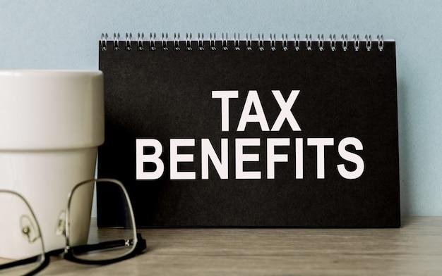 Налоговые льготы. офисные аксессуары на столе. бизнес-концепция.