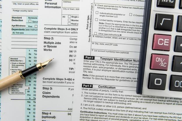 책상에 계산기와 세금 개념 1040 세금 양식