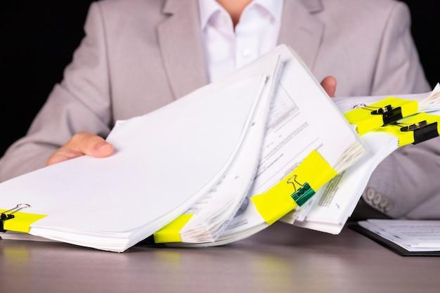 税理士、書類の作成を手伝う