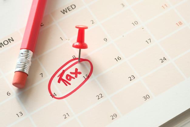 カレンダーの日付に赤い円で税の日の概念