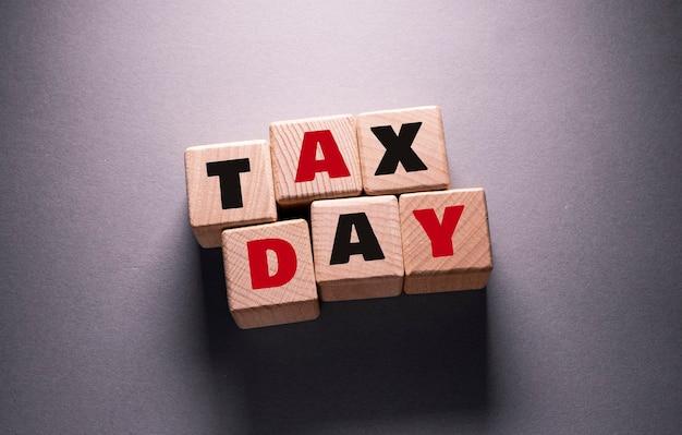 木製の立方体に書かれた税の日の言葉